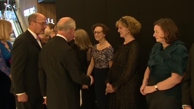 stockvideo's en b-roll-footage met '1917' prince of wales and duchess of cornwall attend '1917' premiere england london leicester square ext prince charles prince of wales and camilla... - sam mendes