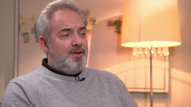 stockvideo's en b-roll-footage met '1917' sam mendes interview england london int sam mendes interview with reporter sot leicester square ext various of sam mendes posing on red carpet... - george mackay