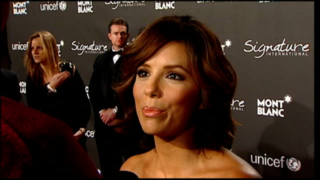 vidéos et rushes de academy awards 2009 celebrity arrivals at preoscars party view of red carpet and celebrities posing for photographers / eva longoriaparker talking to... - fame