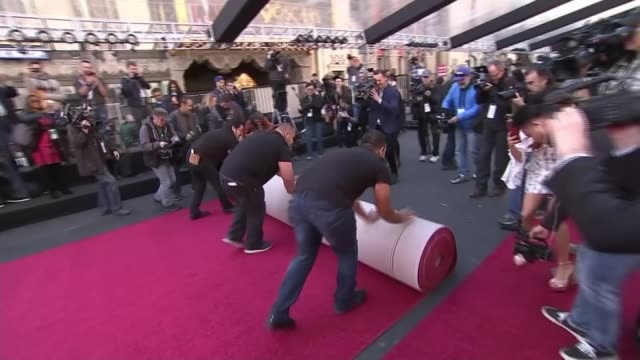 stockvideo's en b-roll-footage met academy awards 2018 preview: nominee daniel kaluuya; usa: california: los angeles: ext 'oscars' billboards on building red carpet being rolled out... - academy awards