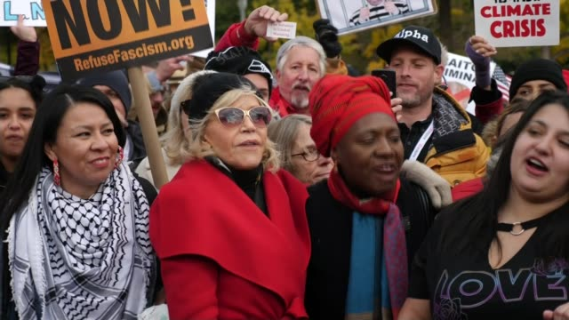 actress jane fonda pledges weekly white house climate change protest; usa: washington dc: ext jane fonda chanting with protesters sot - ジェーン・フォンダ点の映像素材/bロール