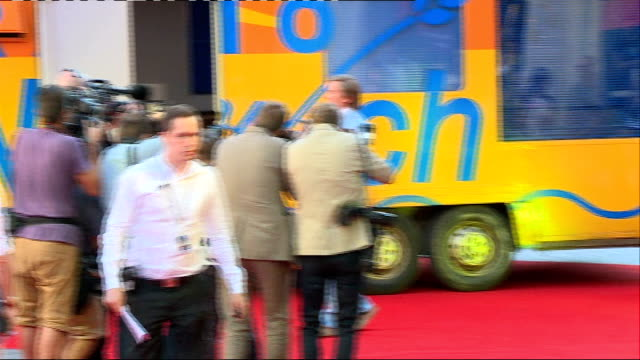 vidéos et rushes de 'alan partridge alpha papa' premiere in leicester square england london leicester square ext steve coogan getting out of radio norwich van and... - steve coogan
