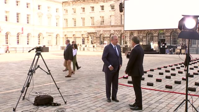 'an inconvenient sequel' premiere england london somerset house ext al gore along with reporter - ドキュメンタリー映画点の映像素材/bロール