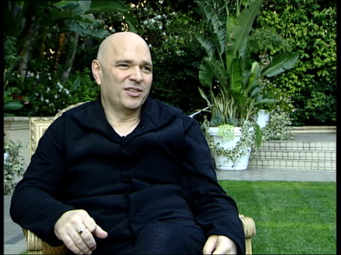 vidéos et rushes de anthony minghella interview; minghella interview sot - on films he has liked this year - 'barbarian invasions' / taste has gravitated towards foreign... - anthony minghella