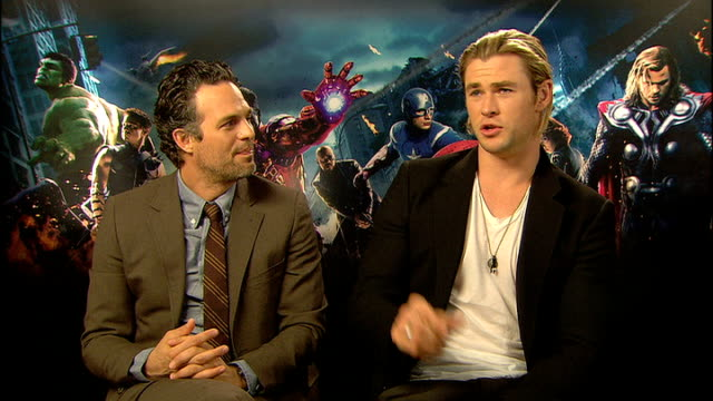 stockvideo's en b-roll-footage met 'avengers assemble' cast interviews mark ruffalo and chris hemsworth interview sot - ensemble lid
