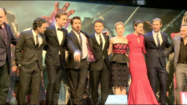 stockvideo's en b-roll-footage met 'avengers assemble' red carpet 'avengers assemble' cast hemsworth hiddleston ruffalo downey jr gregg johansson smulders on stage and away - ensemble lid
