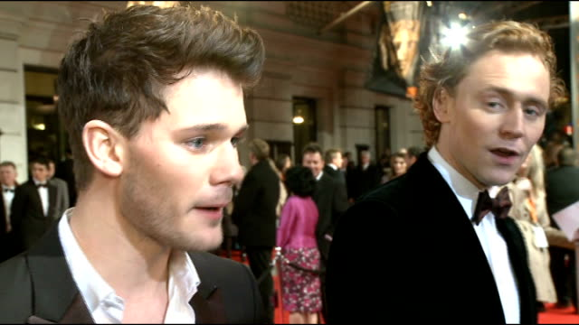 vídeos de stock, filmes e b-roll de celebrity arrivals kenneth branagh along / side view tom hiddleston speaking to press / jeremy irvine speaking to press / steve mcqueen speaking to... - daniel craig ator