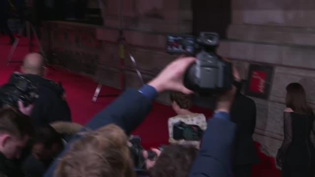vidéos et rushes de film awards 2020: duke and duchess of cambridge arrival; england: london: kensington: royal albert hall: ext prince william, duke of cambridge and... - éclairage au flash
