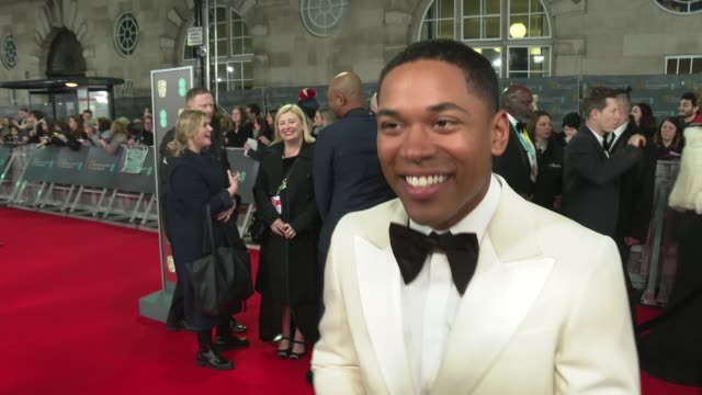 vidéos et rushes de film awards 2020: red carpet arrival and interviews; england: london: royal albert hall: bafta film awards: ext kelvin harrison jr. interview sot /... - autographe