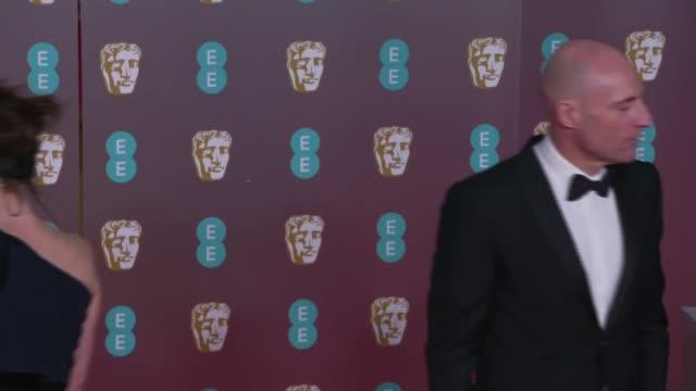 vídeos de stock e filmes b-roll de film awards 2020 red carpet photocall; england: london: royal albert hall: bafta film awards 2020: ext / night actors and celebrities pose for... - richard e. grant