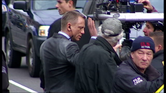 vídeos de stock, filmes e b-roll de bond returns with 'skyfall' trailer r11031204 / london whitehall daniel craig talking with film crew craig on film set running along road with camera... - james bond trabalho conhecido