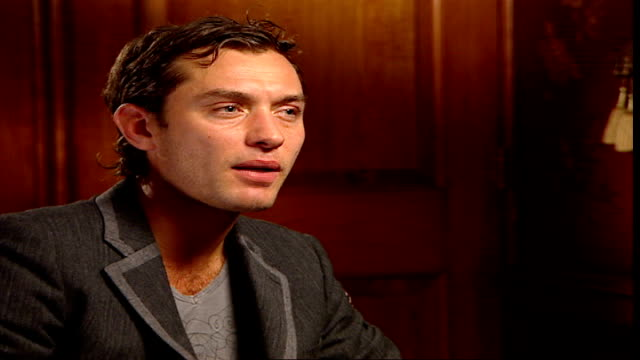 vídeos y material grabado en eventos de stock de 'breaking and entering' jude law and martin freeman interview reporter asking question sot law interview sot on not really being recognised much... - martin freeman
