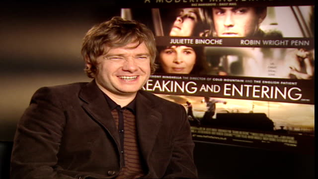 vídeos y material grabado en eventos de stock de 'breaking and entering' jude law and martin freeman interview reporter asking question sot martin freeman interview sot on jude law getting more... - martin freeman