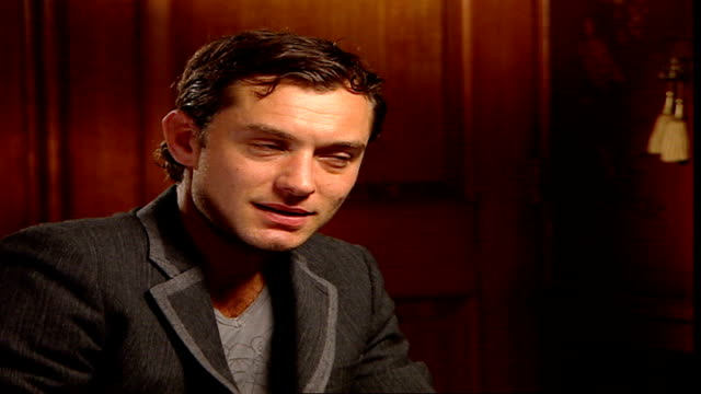 vídeos y material grabado en eventos de stock de 'breaking and entering' jude law and martin freeman interview england london int reporter asking question sot law interview sot on supporting... - martin freeman