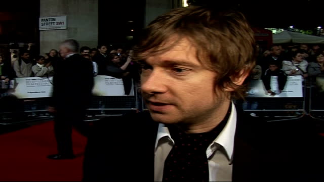 vídeos y material grabado en eventos de stock de 'breaking and entering' london premiere arrivals martin freeman signing autographs martin freeman interview sot on non comedy role jude's affair... - martin freeman