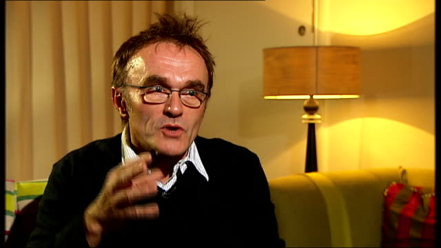 vídeos de stock, filmes e b-roll de danny boyle interview; danny boyle interview sot - on whether he is a stylist/ problems of doing publicity - favourite film director is nick roeg -... - nicolas roeg