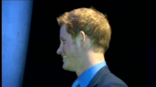 duke and duchess of cambridge and prince harry visit warner brothers studios england hertfordshire watford leavesden warner brothers studios... - ウィリアム王子点の映像素材/bロール