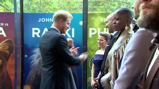 vídeos de stock e filmes b-roll de duke and duchess of sussex attend the lion king premiere england london leicester square int prince harry duke of sussex and meghan duchess of sussex... - meghan markle lion king