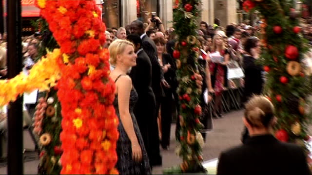 "vidéos et rushes de 'eat pray love' film premiere: red carpet arrivals; england: london: leicester square: ext poster for new film ""eat, pray, love"" starring julia... - autographe"