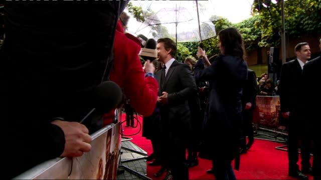 'edge of tomorrow' premiere red carpet arrivals tom cruise talking to press on red carpet - tom cruise bildbanksvideor och videomaterial från bakom kulisserna