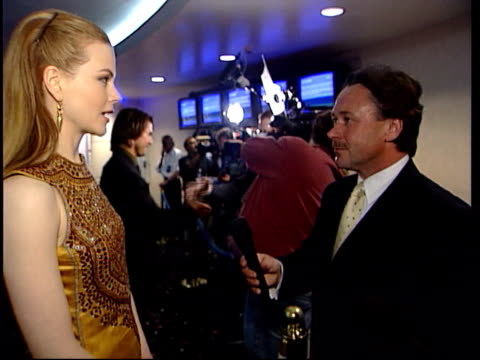 vídeos y material grabado en eventos de stock de 'eyes wide shut' premiere england london int nicole kidman interview sot deals with relationships religion and death big serious topics tom cruise... - tom cruise