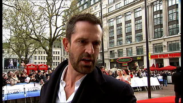 vídeos de stock, filmes e b-roll de film 'flashbacks of a fool' london premiere interviews back view actor rupert everett along past crowd and posing for photographs with fans / rupert... - daniel craig ator