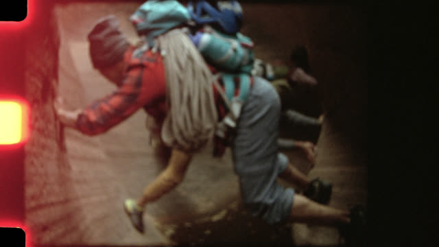 vidéos et rushes de film footage of group of friends talking and climbing in entrajo canyon on moab road trip. - sans mise au point and équilibre