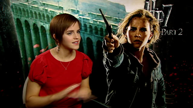 'harry potter and the deathly hallows part two': interviews with cast members; england: london: int emma watson interview sot - it feels amazing ....... - harry potter titolo d'opera famosa video stock e b–roll