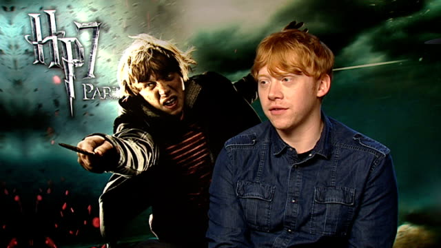 'harry potter and the deathly hallows part two' interviews with cast members rupert grint interview sot on his character ron weasley kissing emma... - ensemblemitglied stock-videos und b-roll-filmmaterial