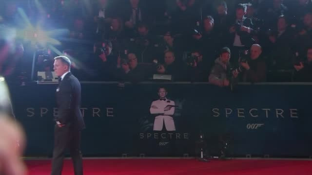 vídeos de stock, filmes e b-roll de james bond film 'spectre' world premiere red carpet arrivals england london kensington albert hall throughout *** david walliams and david walliams... - james bond trabalho conhecido