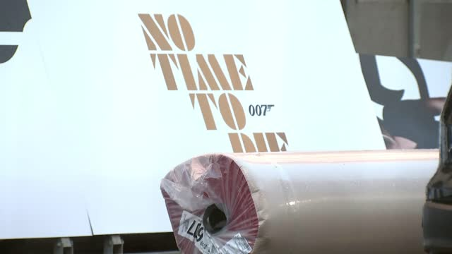 no time to die': cinemas and fans excited ahead of release; england: london: royal albert hall: ext various shots of set-up for premiere of 'no time... - première stock-videos und b-roll-filmmaterial