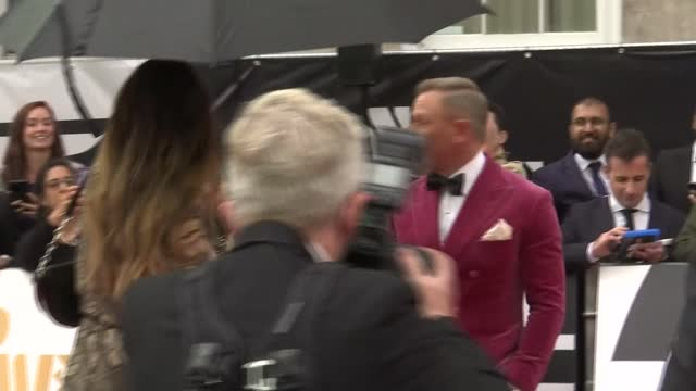 no time to die' premiere: red carpet interviews; england: london: south kensington: royal albert hall: daniel craig seen posing for photocall with... - première stock-videos und b-roll-filmmaterial