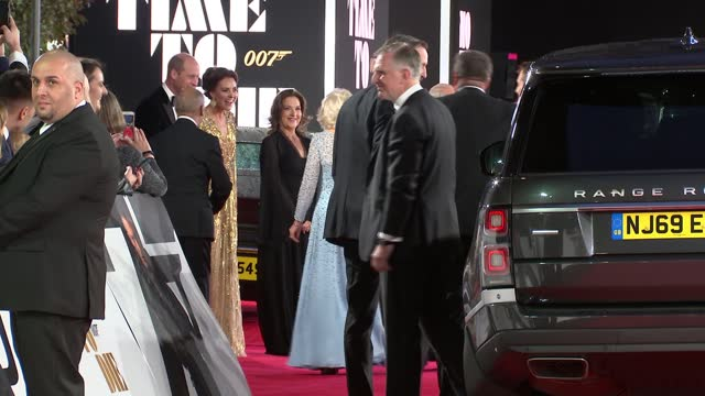 no time to die': royals arrive at premiere; england: london: south kensington: royal albert hall: prince william, duke of cambridge and catherine,... - première stock-videos und b-roll-filmmaterial