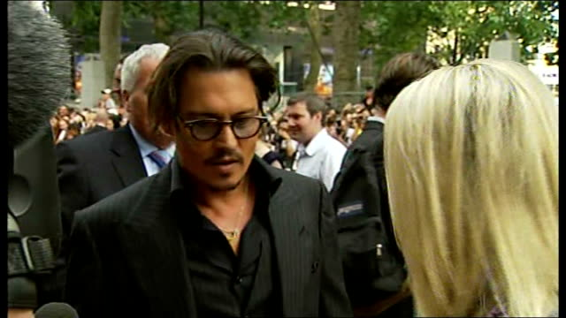 johnny depp interview at premiere of public enemies england london leicester square ext johnny depp along red carpet / johnny depp interview on red... - john dillinger stock-videos und b-roll-filmmaterial
