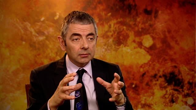'johnny english reborn' rowan atkinson interview rowan atkinson interview sot on there being more blackadder it'd be nice but they're all getting old... - ローワン アトキンソン点の映像素材/bロール