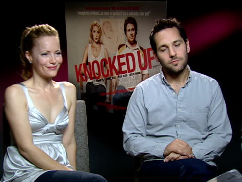 vídeos de stock, filmes e b-roll de cast and director interviews; england: london: int leslie mann and paul rudd interview sot - on it being easier to promote films they like / both... - leslie mann