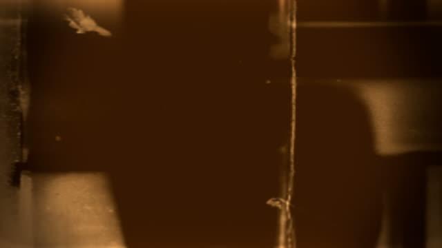 film leader forms flicker and pulse (loop). - beschädigungseffekt stock-videos und b-roll-filmmaterial