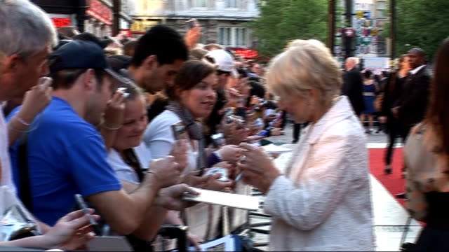 stockvideo's en b-roll-footage met london premiere of 'state of play' red carpet interviews dame helen mirren signing autographs for fans as away / ozwald boateng along red carpet /... - signeren