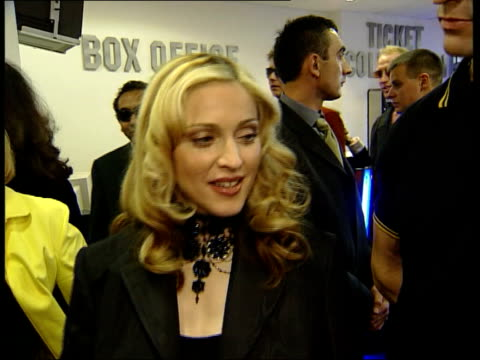 stockvideo's en b-roll-footage met madonna attends 'the next best thing' premiere england london leicester square int madonna interview sot wasn't pregnant when i was making the movie... - rupert everett