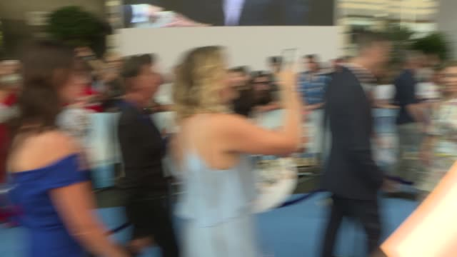 vídeos de stock, filmes e b-roll de 'mamma mia here we go again' red carpet arrivals and interviews england london ext josh dylan signing autographs/ benny anderson brief arrival/ bjorn... - autografando