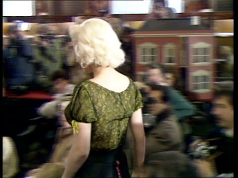 marilyn monroe blouse auction:; a) england: london: sothebys: cms model kay kent modelling marilyn monroe's green blouse walks r-l through bidders... - ブラウス点の映像素材/bロール