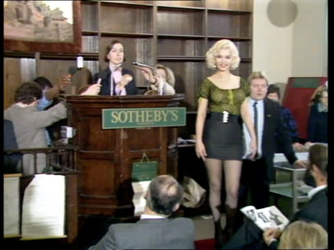 marilyn monroe blouse auction:; england: london: sothebys: model kay kent modelling marilyn monroe's green blouse stands posing as auctioner kerry... - ブラウス点の映像素材/bロール