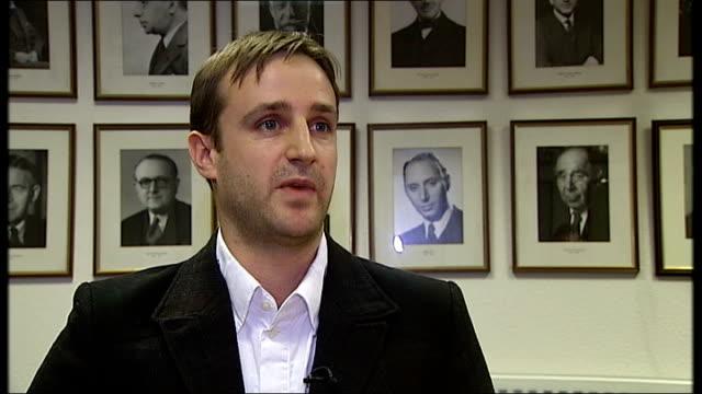 vídeos y material grabado en eventos de stock de mel gibson accused of anti-semitism by screenwriter joe eszterhas; england: london: int orlando radice interview sot - guionista