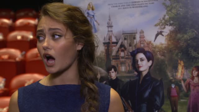 miss peregrine's home for peculiar children: cast interviews; ella purnell interview sot / jane goldman interview sot - on having changed her hair /... - ジェーン ゴールドマン点の映像素材/bロール