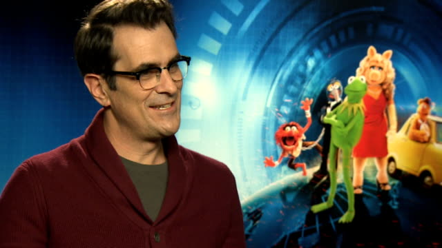 vídeos y material grabado en eventos de stock de 'muppets most wanted' england london int ty burrell interview sot on his french accent / on being in the muppets - ty burrell