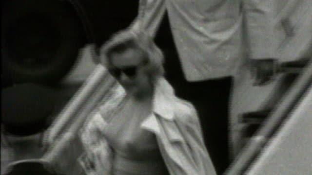 'my week with marilyn'; tx 14.7.1956 - s20100601 england: london: ext actress marilyn monroe and husband arthur miller arrive in london int monroe... - ローレンス オリビエ点の映像素材/bロール