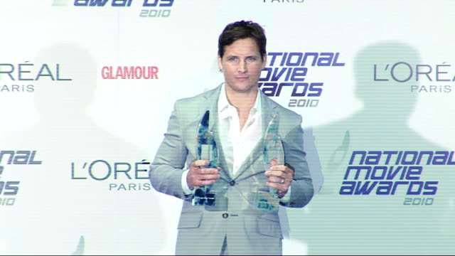 national movie awards 2010: winners' room; peter facinelli photocall holding awards and press conference sot - discusses third twilight saga film,... - peter facinelli video stock e b–roll