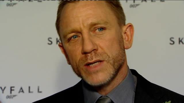 vídeos de stock, filmes e b-roll de new james bond film announced; itn reporter meeting daniel craig with 'skyfall' promotional backdrop daniel craig interview sot - i didn't have any... - série de filmes do james bond