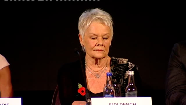vídeos de stock, filmes e b-roll de new james bond film announced; press conference to annouce 'skyfall' film dame judi dench on stage javier bardem at press conference cast including... - série de filmes do james bond