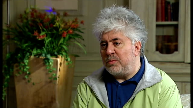vídeos y material grabado en eventos de stock de pedro almodovar interview itn channel 4 news almodovar interview sot yes absolutely and since the moment that we shoot the movie a year ago till now... - pedro almodóvar